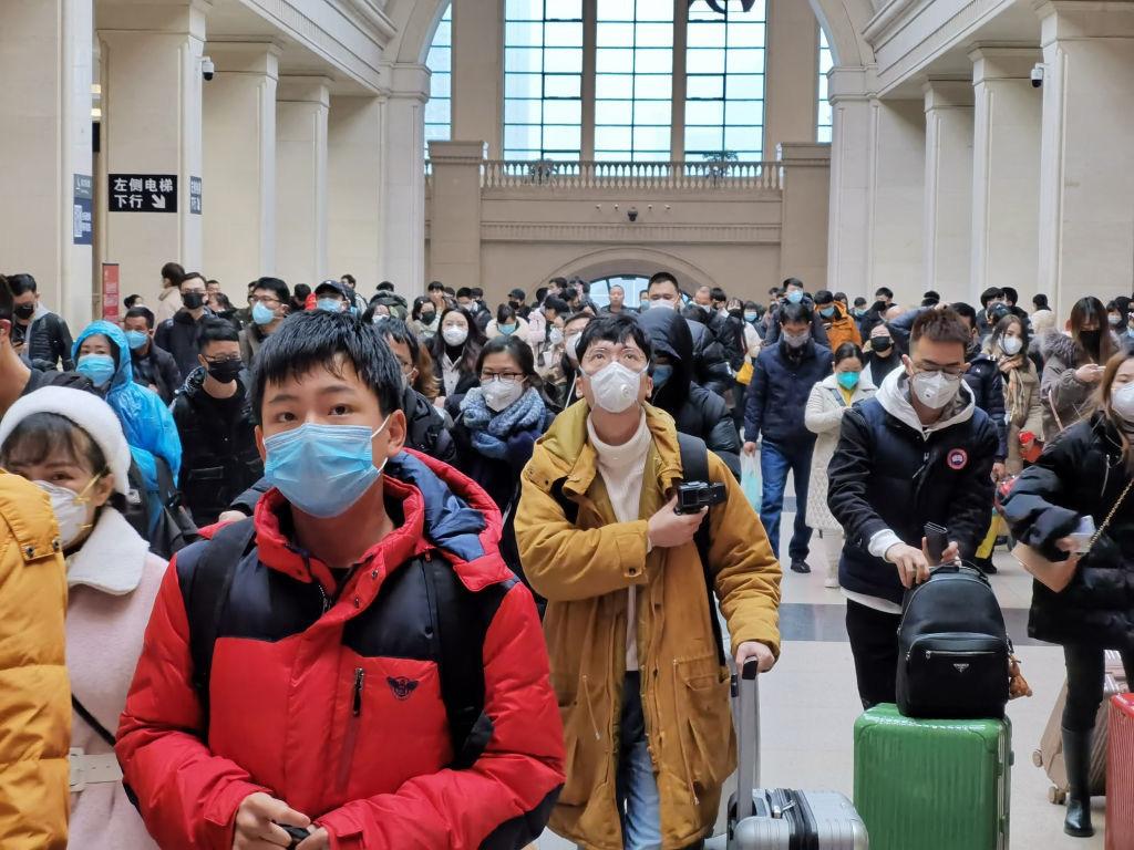 Các biện pháp phòng virus corona sau khi rời sân bay - Ảnh 1.