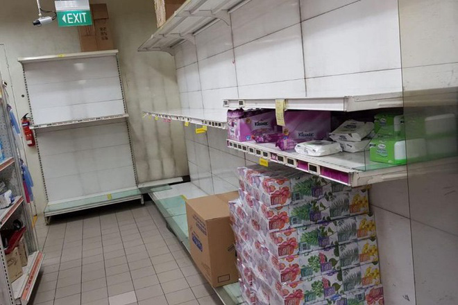 Giấy vệ sinh cháy hàng ở Singapore vì lo ngại virus corona - Ảnh 8.