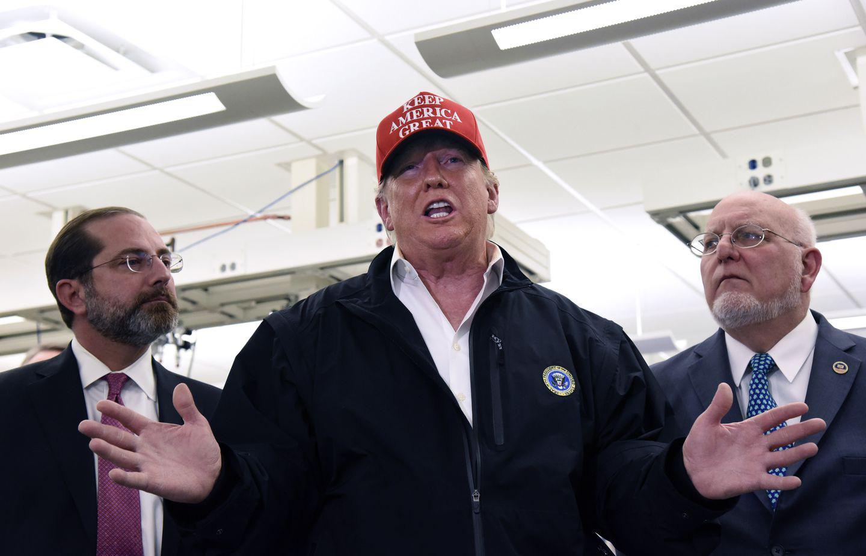 Tuyên bố của Tổng thống Trump về dịch COVID-19 thường đối lập chan chát với nhận định của các chuyên gia dưới trướng - Ảnh 2.