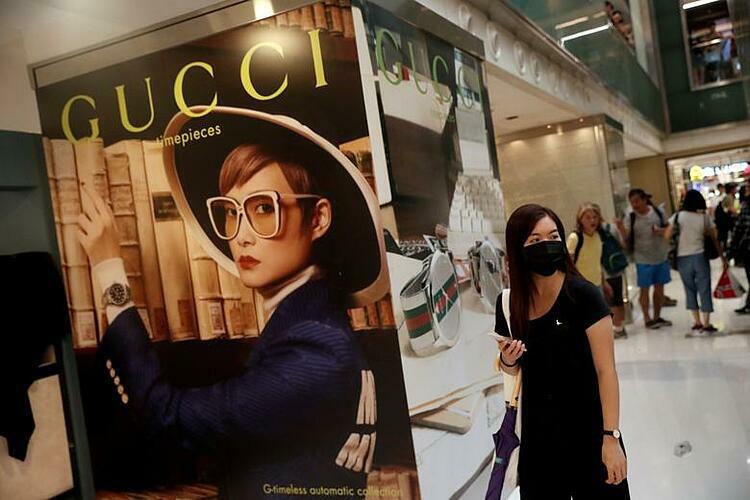 Hết cách li, người Trung Quốc lại mua hàng xa xỉ - Ảnh 1.