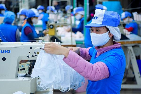Vinatex sản xuất 25 triệu khẩu trang phòng Covid-19, chính thức bán khẩu trang vừa kháng khuẩn vừa kháng nước giá 12.000 đồng - Ảnh 1.