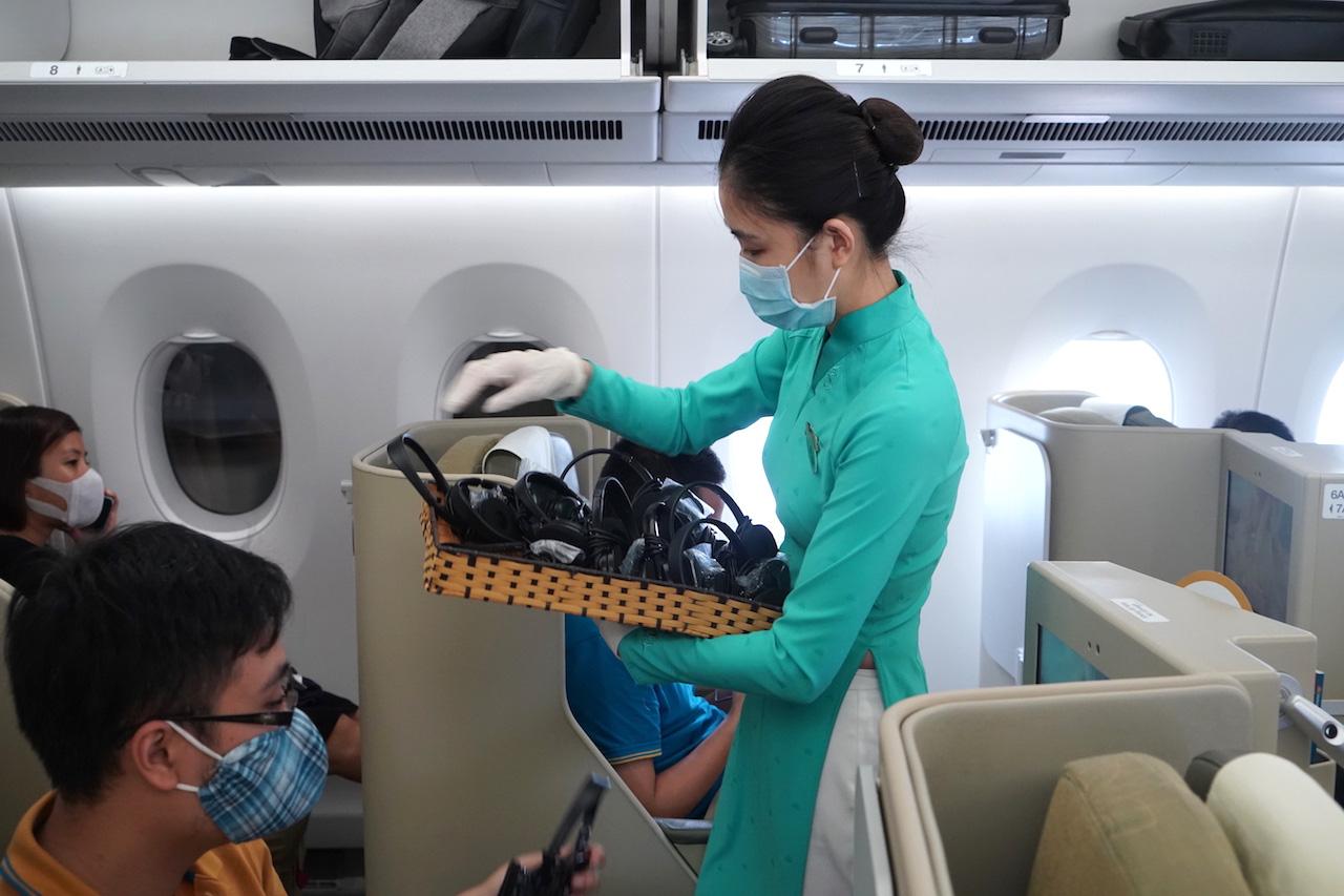 Vietnam Airlines sẽ từ chối vận chuyển những khách không tự trang bị khẩu trang - Ảnh 2.