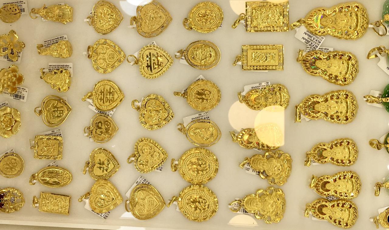 Giá vàng SJC ngày càng đắt đỏ so với vàng thế giới, chênh lệch gần 4 triệu đồng mỗi lượng - Ảnh 2.