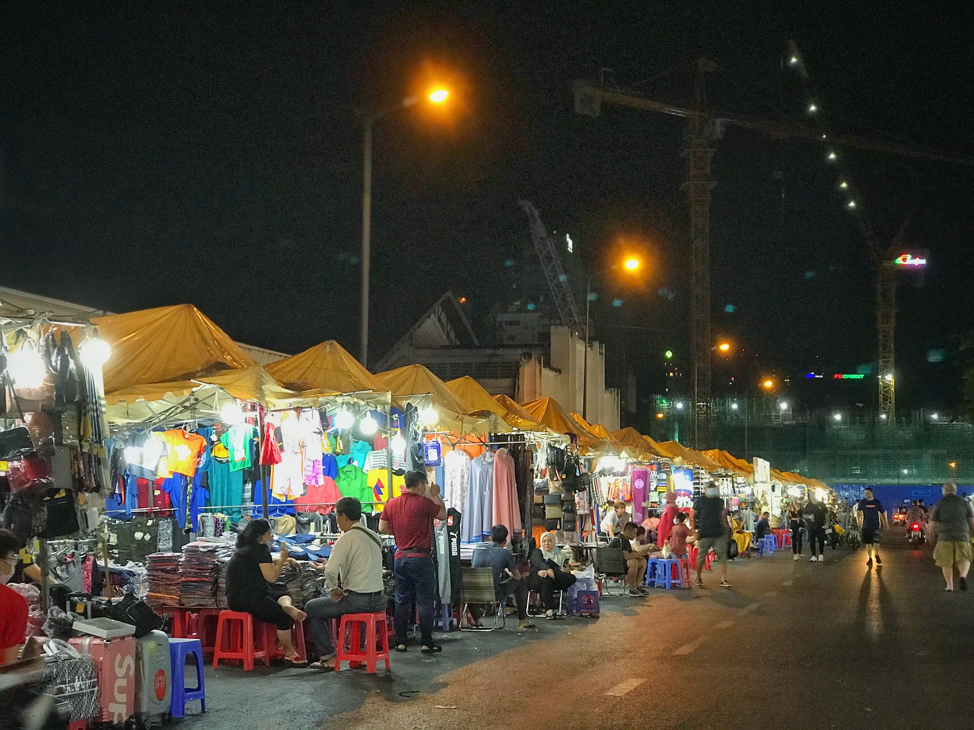 """Sài Gòn 16/3: Các điểm vui chơi, du lịch tham quan tại quận 1 """"vắng lặng"""" giữa mùa dịch Corona - Ảnh 2."""