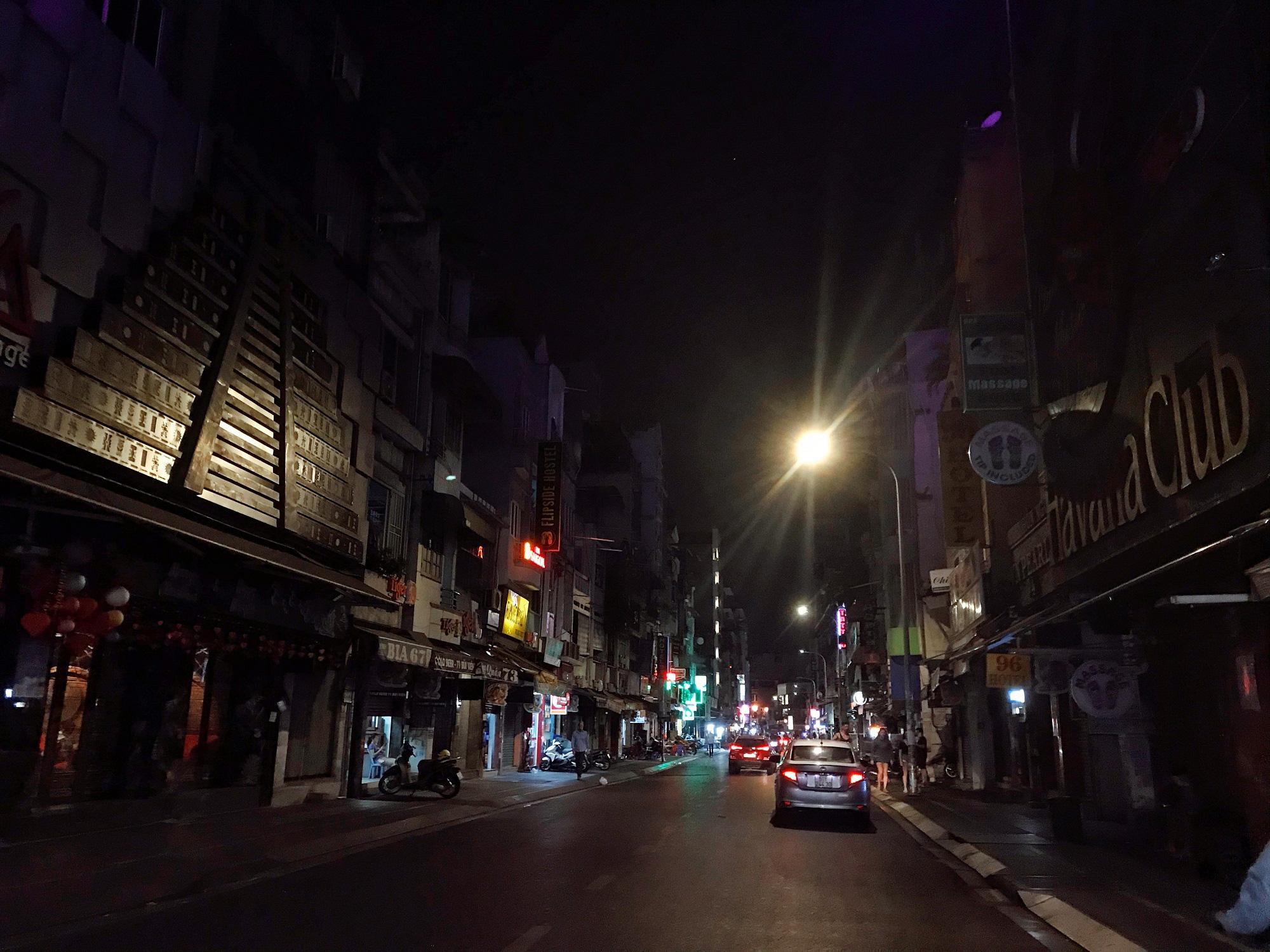 """Sài Gòn 16/3: Các điểm vui chơi, du lịch tham quan tại quận 1 """"vắng lặng"""" giữa mùa dịch Corona - Ảnh 9."""