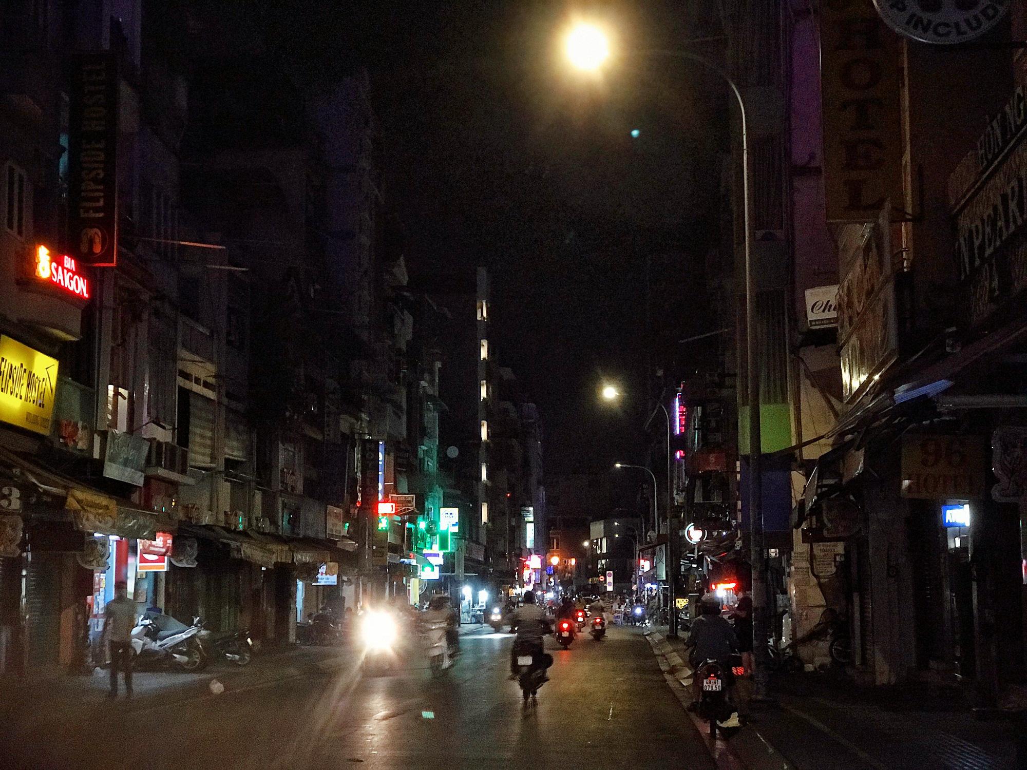 """Sài Gòn 16/3: Các điểm vui chơi, du lịch tham quan tại quận 1 """"vắng lặng"""" giữa mùa dịch Corona - Ảnh 8."""
