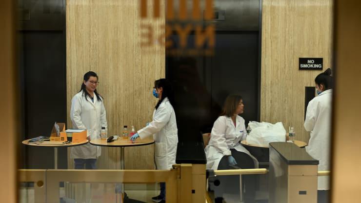 Sàn chứng khoán New York tạm đóng cửa vì hai người nhiễm COVID-19, chuyển sang giao dịch điện tử hoàn toàn - Ảnh 1.