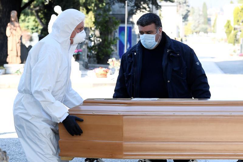 Dịch vụ tang lễ quá tải trong vùng dịch ở Italy - Ảnh 1.