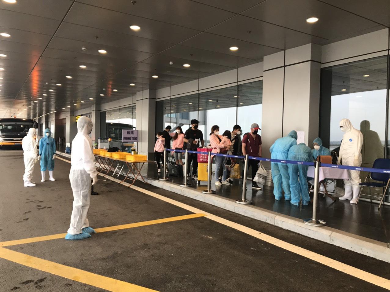 [Hình ảnh] Sân bay Vân Đồn đón 369 hành khách về từ Hàn Quốc - Ảnh 6.