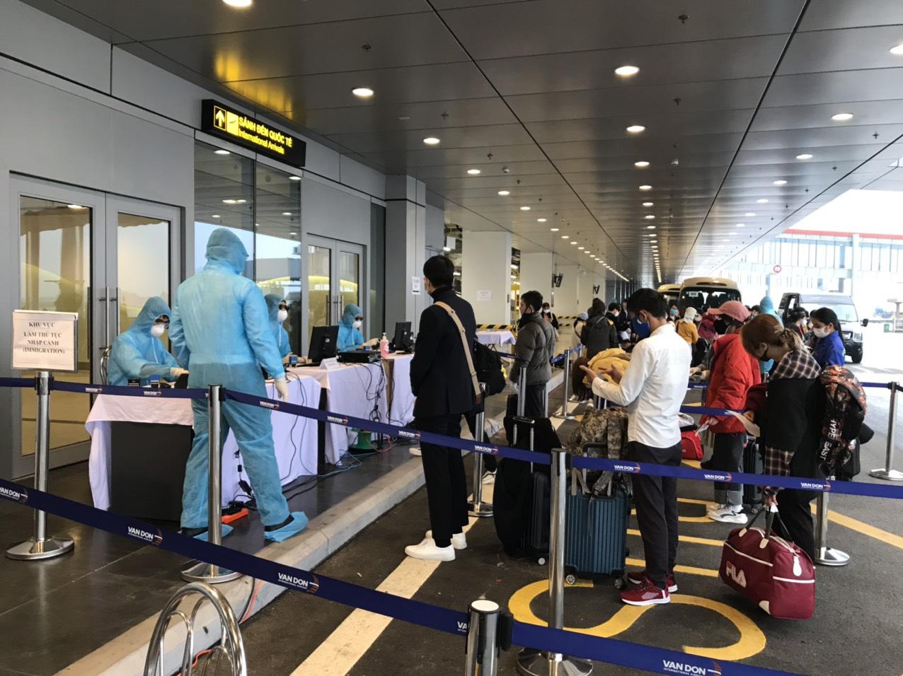 Sân bay Vân Đồn đón 369 hành khách về từ Hàn Quốc - Ảnh 4.