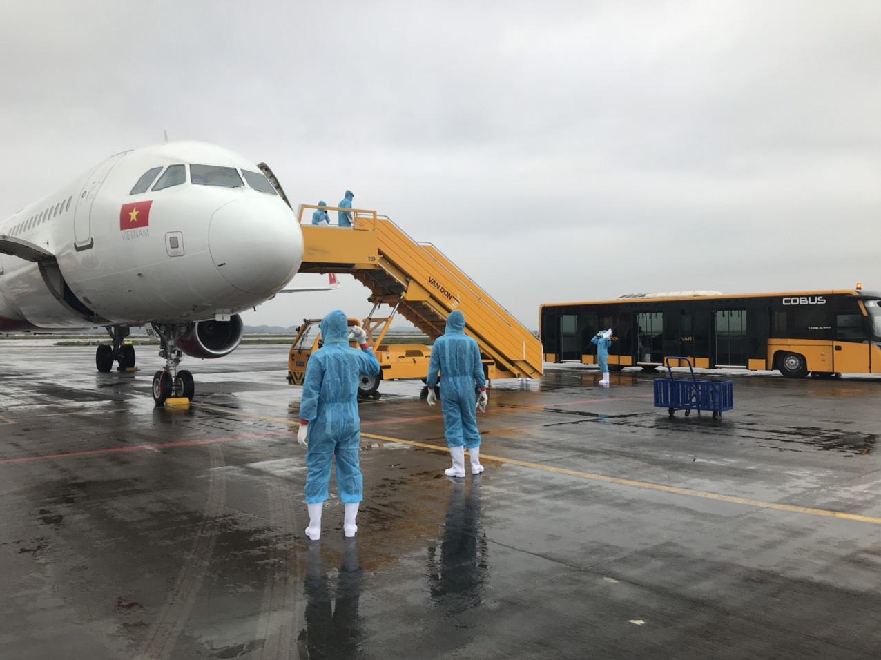 [Hình ảnh] Sân bay Vân Đồn đón 369 hành khách về từ Hàn Quốc - Ảnh 2.