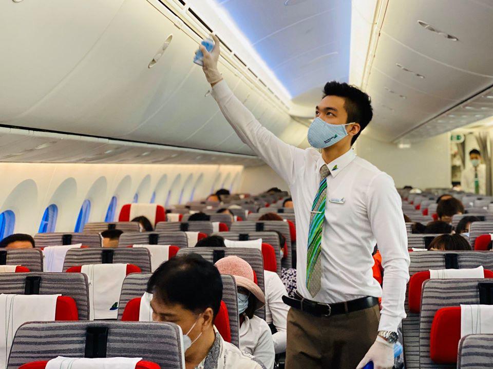 Bamboo Airways phun khử trùng cho hành khách trước khi lên máy bay và tạm dừng cấp thẻ cứng Bamboo Club - Ảnh 2.