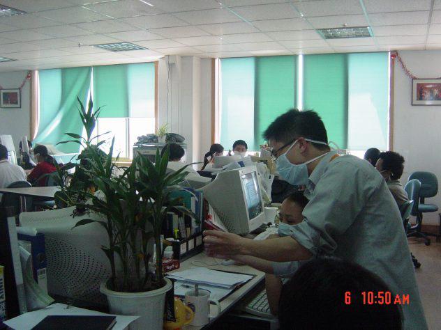 Nhân viên Jack Ma đeo khẩu trang khi làm việc vào năm 2003 để bảo vệ bản thân khỏi virus chết người. Ảnh: Alizila