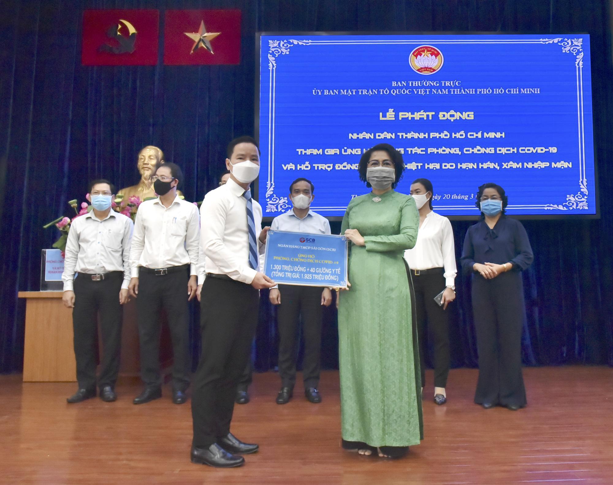 Nhân viên SCB tặng 100 giường y tế và 1,3 tỉ đồng chống dịch COVID-19 - Ảnh 2.