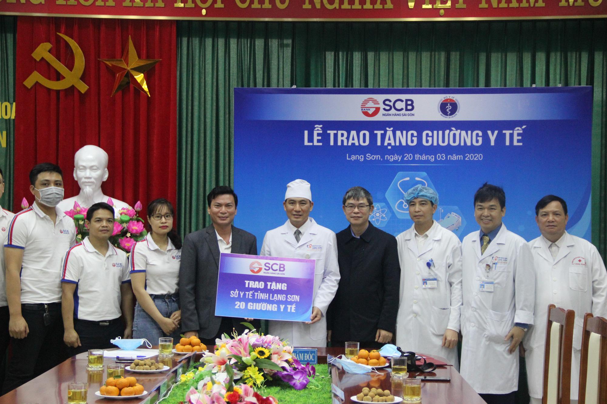Nhân viên SCB tặng 100 giường y tế và 1,3 tỉ đồng chống dịch COVID-19 - Ảnh 1.