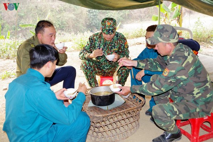 Việt Nam đã đón gần 7.000 người ở vùng dịch về nước, hơn 10.000 cán bộ chiến sĩ ngủ bạt, nằm rừng chống dịch, nhường giường cho người cách li - Ảnh 1.
