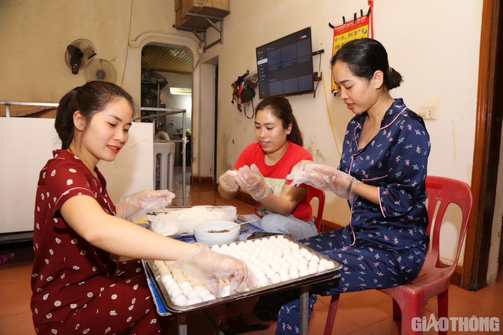 Du lịch 'chết lâm sàng', nữ giám đốc bán bánh kiếm tiền rau cá qua ngày - Ảnh 2.