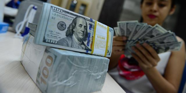 Giá USD trong nước tiếp tục tăng mạnh, USD chợ đen áp sát mốc 24.000 VND/USD - Ảnh 1.