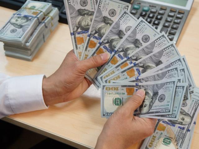 Giá USD trong nước đồng loạt sụt giảm sau khi NHNN hạ giá bán - Ảnh 1.