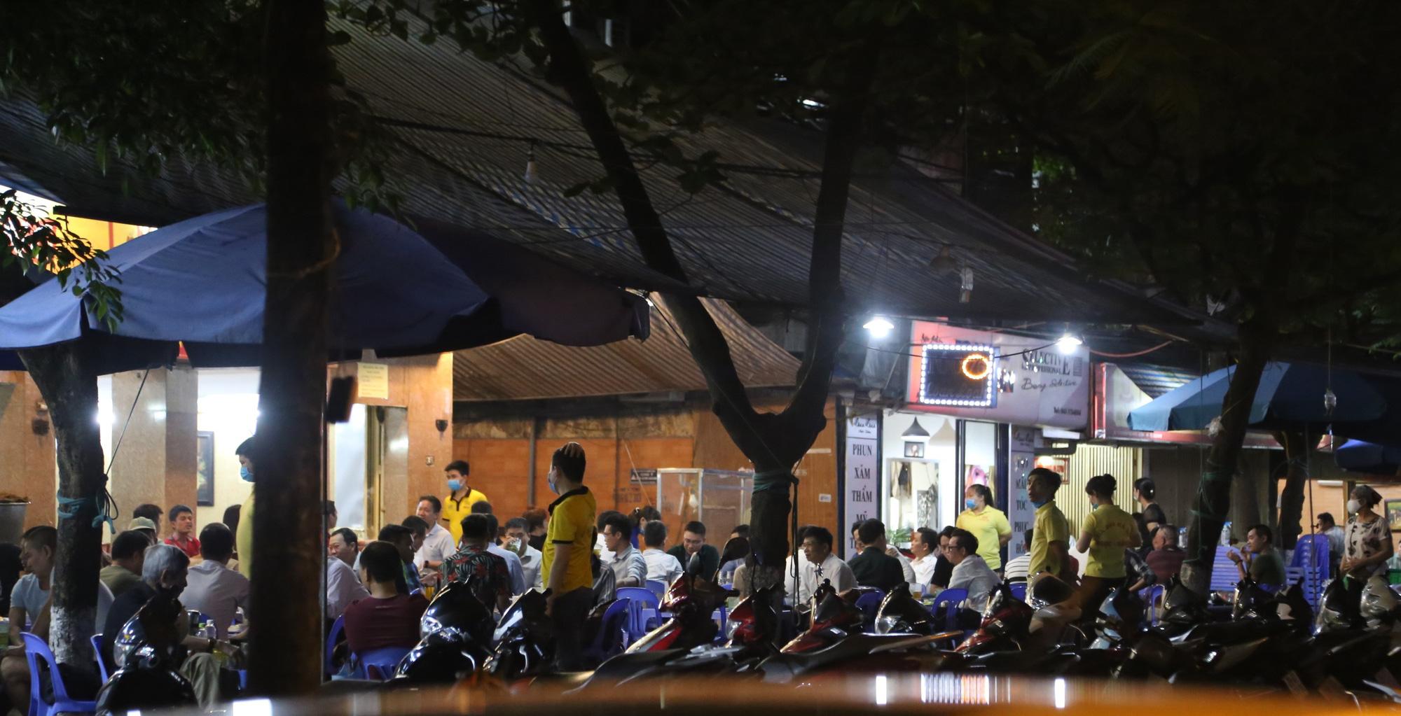 Bất chấp 'lệnh cấm', nhiều quán nhậu Hà Nội vẫn tấp nập đón khách - Ảnh 1.