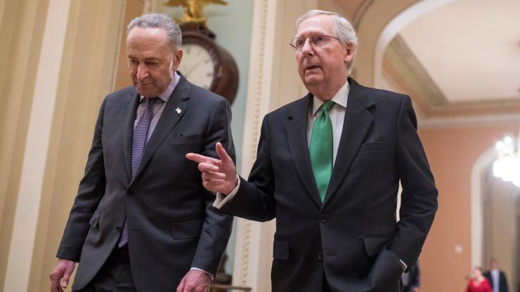 Thượng viện Mỹ thông qua gói cứu trợ khẩn cấp 2.000 tỉ USD ngay trong đêm - Ảnh 1.
