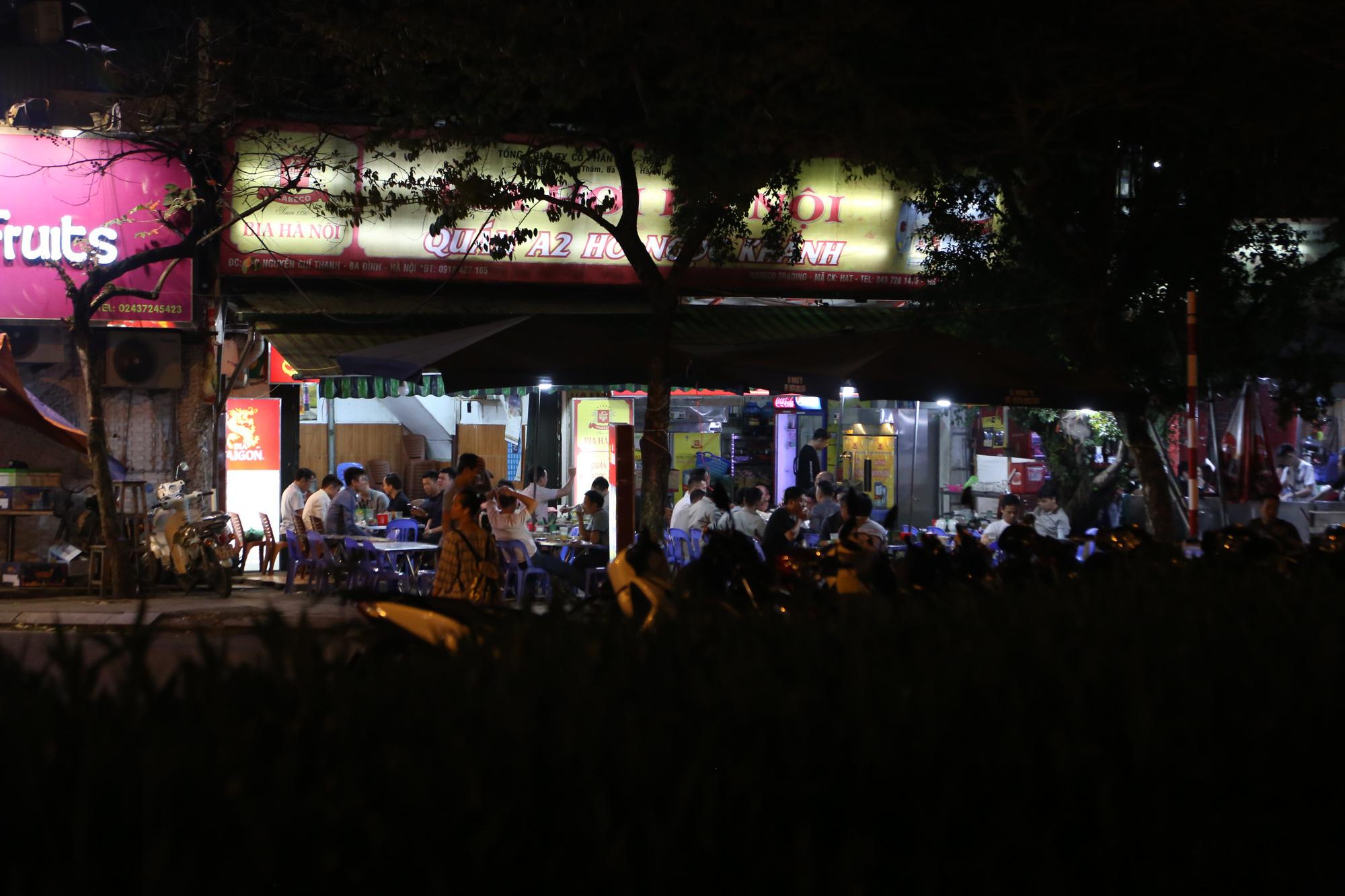 Bất chấp 'lệnh cấm', nhiều quán nhậu Hà Nội vẫn tấp nập đón khách - Ảnh 7.