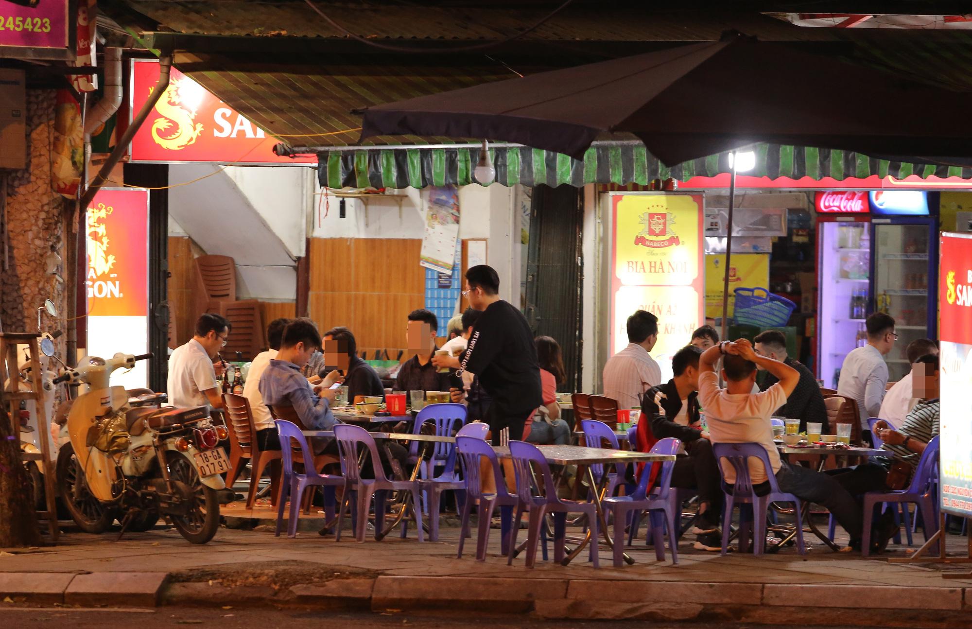 Bất chấp 'lệnh cấm', nhiều quán nhậu Hà Nội vẫn tấp nập đón khách - Ảnh 6.