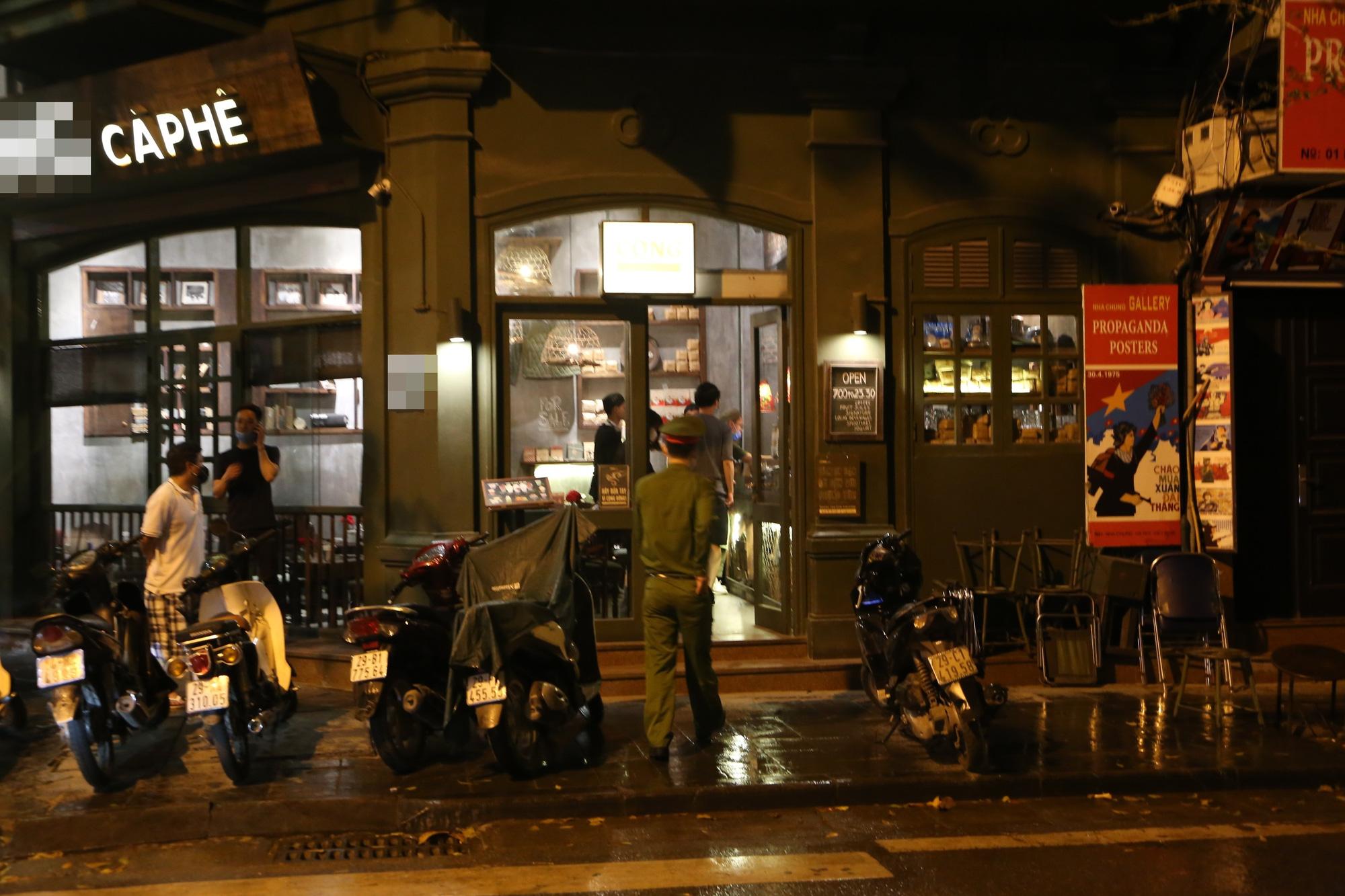 Bất chấp 'lệnh cấm', nhiều quán nhậu Hà Nội vẫn tấp nập đón khách - Ảnh 9.