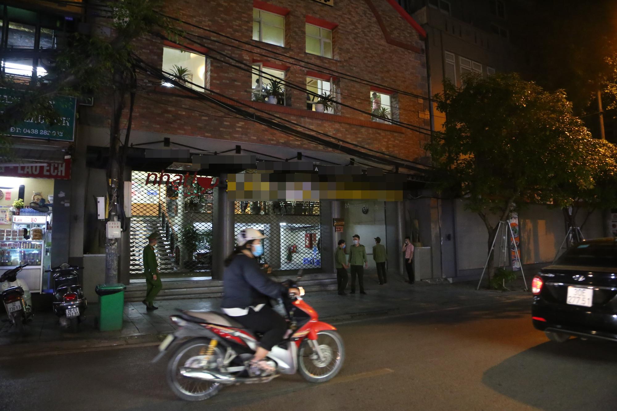 Bất chấp 'lệnh cấm', nhiều quán nhậu Hà Nội vẫn tấp nập đón khách - Ảnh 11.