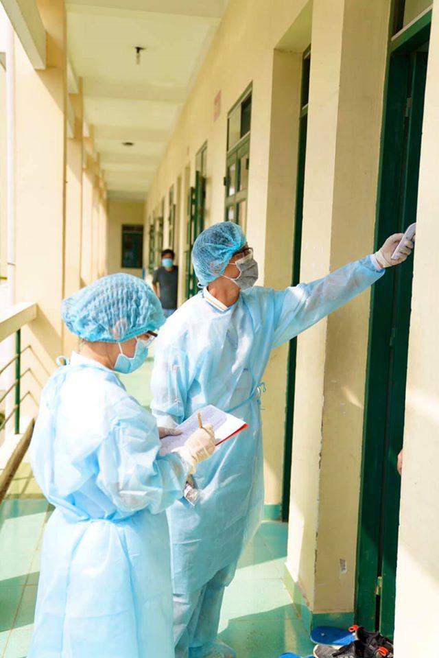 [Photos] Nhân viên y tế, chiến sĩ vất vả, ướt đẫm mồ hôi vì phục vụ khu cách li - Ảnh 7.