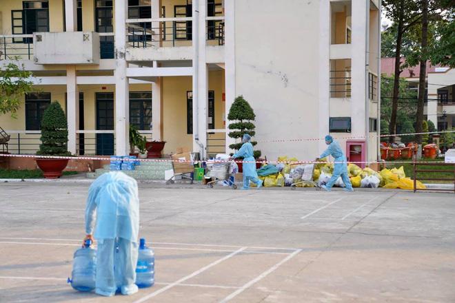 [Photos] Nhân viên y tế, chiến sĩ vất vả, ướt đẫm mồ hôi vì phục vụ khu cách li - Ảnh 6.