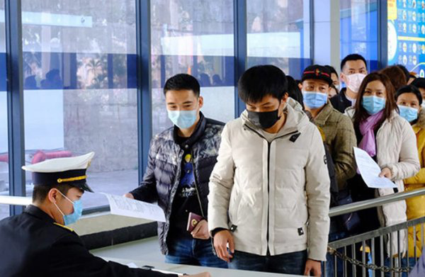 Người nước ngoài đang ở Việt Nam có thể gia hạn thị thực trong bối cảnh dịch COVID-19 - Ảnh 1.