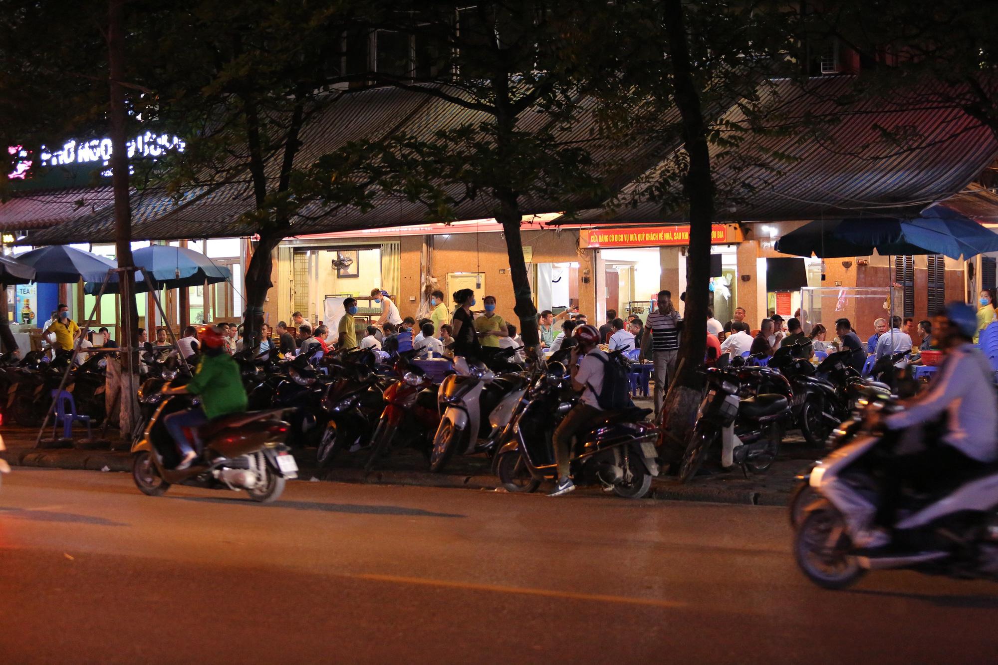 Bất chấp 'lệnh cấm', nhiều quán nhậu Hà Nội vẫn tấp nập đón khách - Ảnh 5.