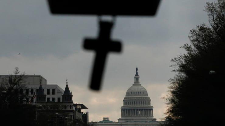 Gói giải cứu 2.000 tỉ USD: Một nghị sĩ từ chối biểu quyết từ xa, hàng trăm Hạ nghị sĩ Mỹ phải bay đến Washington họp giữa mùa dịch COVID-19 - Ảnh 1.