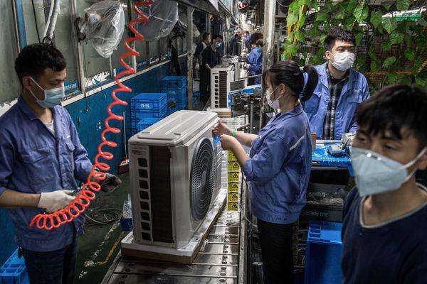 Tình thế đảo ngược: các nhà sản xuất Trung Quốc phải chạy theo khách hàng nước ngoài - Ảnh 1.
