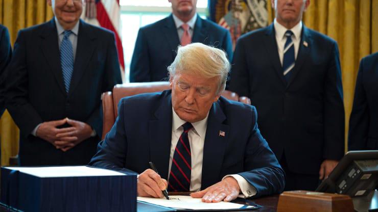 Tổng thống Trump kí ban hành gói cứu trợ 2.000 tỉ USD chống COVID-19 - Ảnh 1.