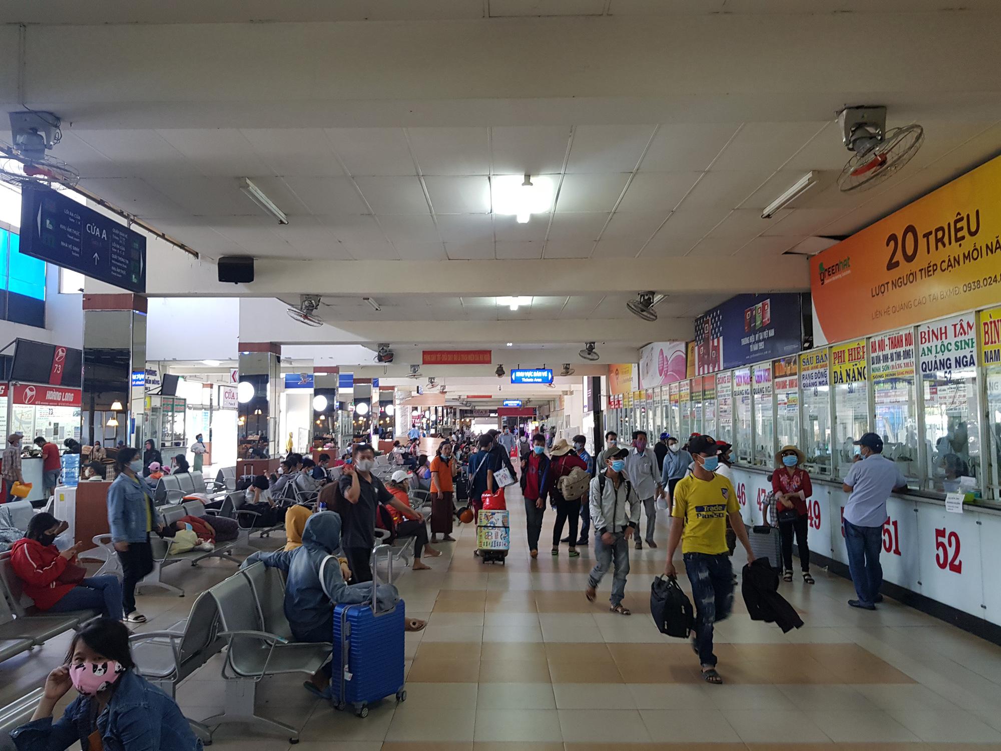 Người dân lỉnh kỉnh đồ đạc rời Sài Gòn về quê tránh dịch - Ảnh 10.