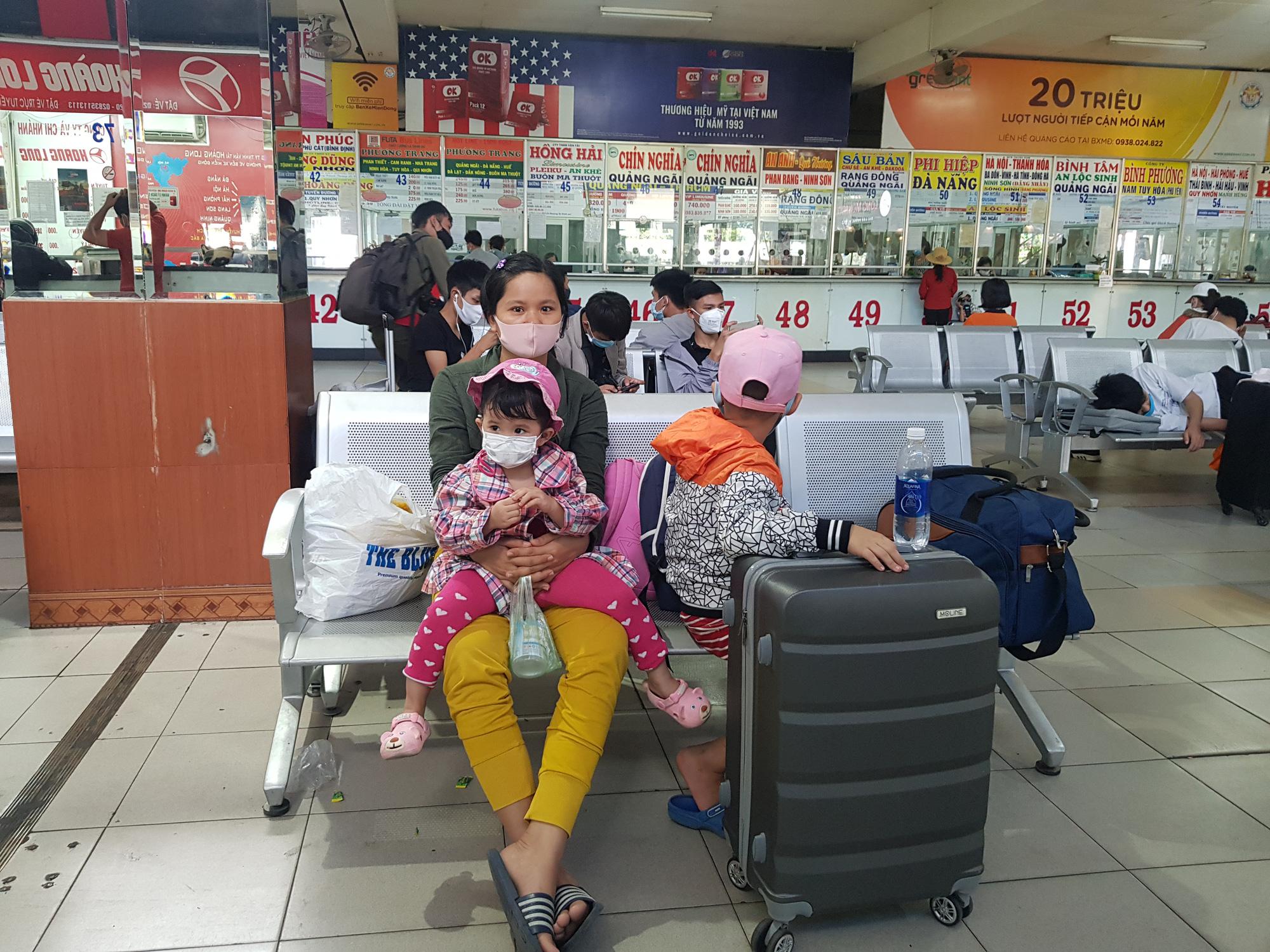 Người dân lỉnh kỉnh đồ đạc rời Sài Gòn về quê tránh dịch - Ảnh 3.