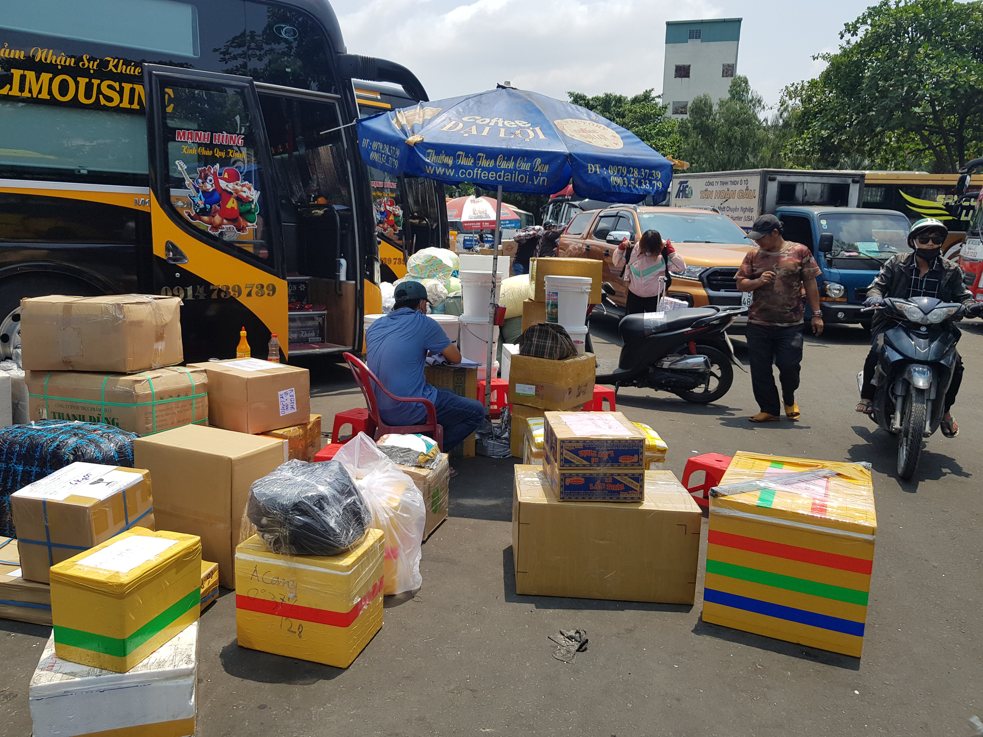 Người dân lỉnh kỉnh đồ đạc rời Sài Gòn về quê tránh dịch - Ảnh 7.