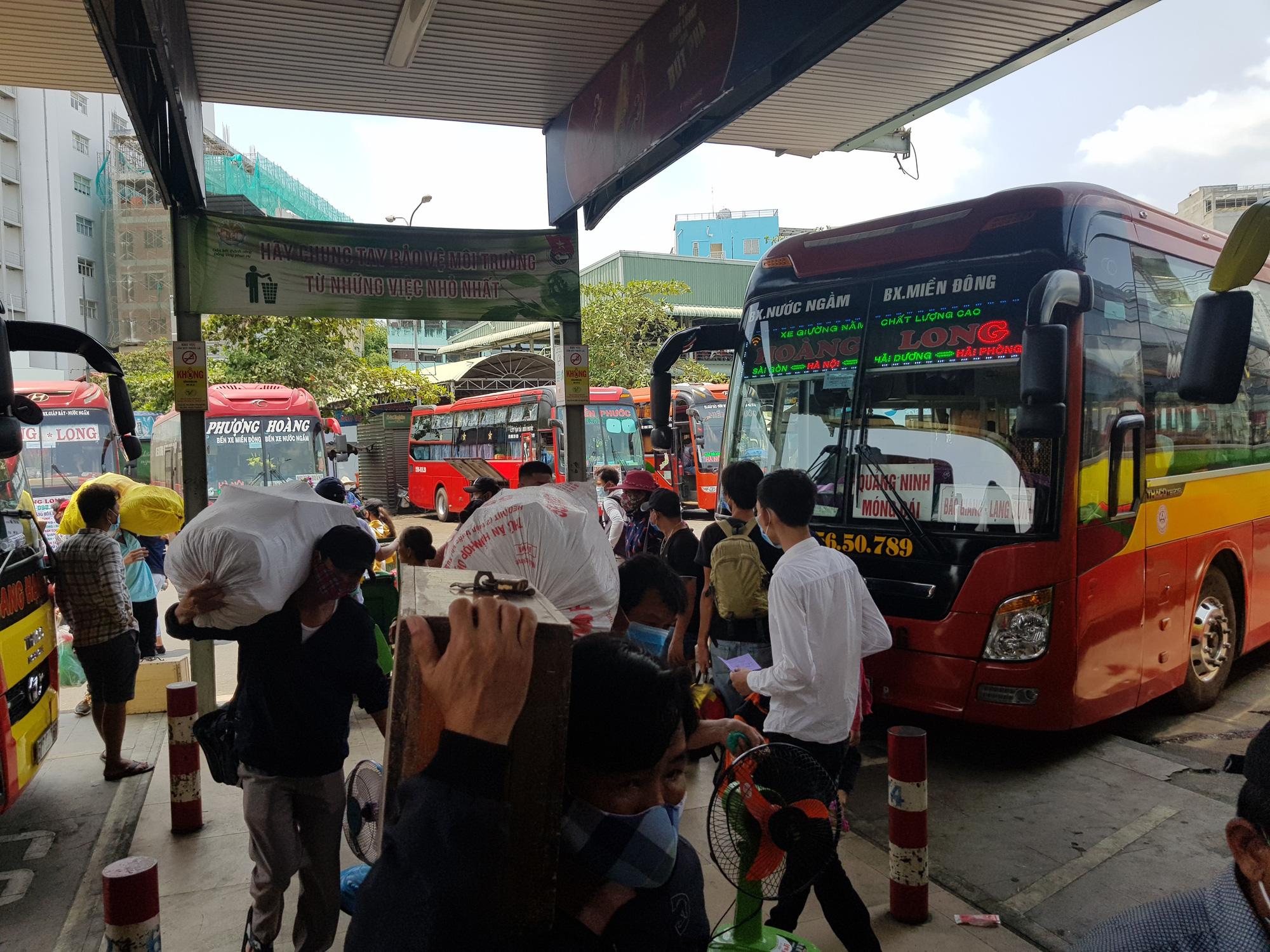 Người dân lỉnh kỉnh đồ đạc rời Sài Gòn về quê tránh dịch - Ảnh 11.