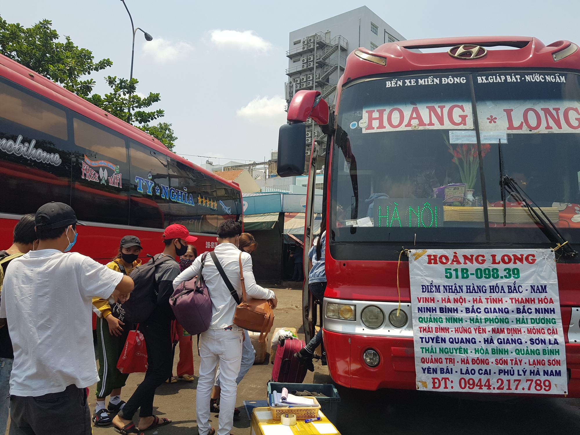 Người dân lỉnh kỉnh đồ đạc rời Sài Gòn về quê tránh dịch - Ảnh 12.