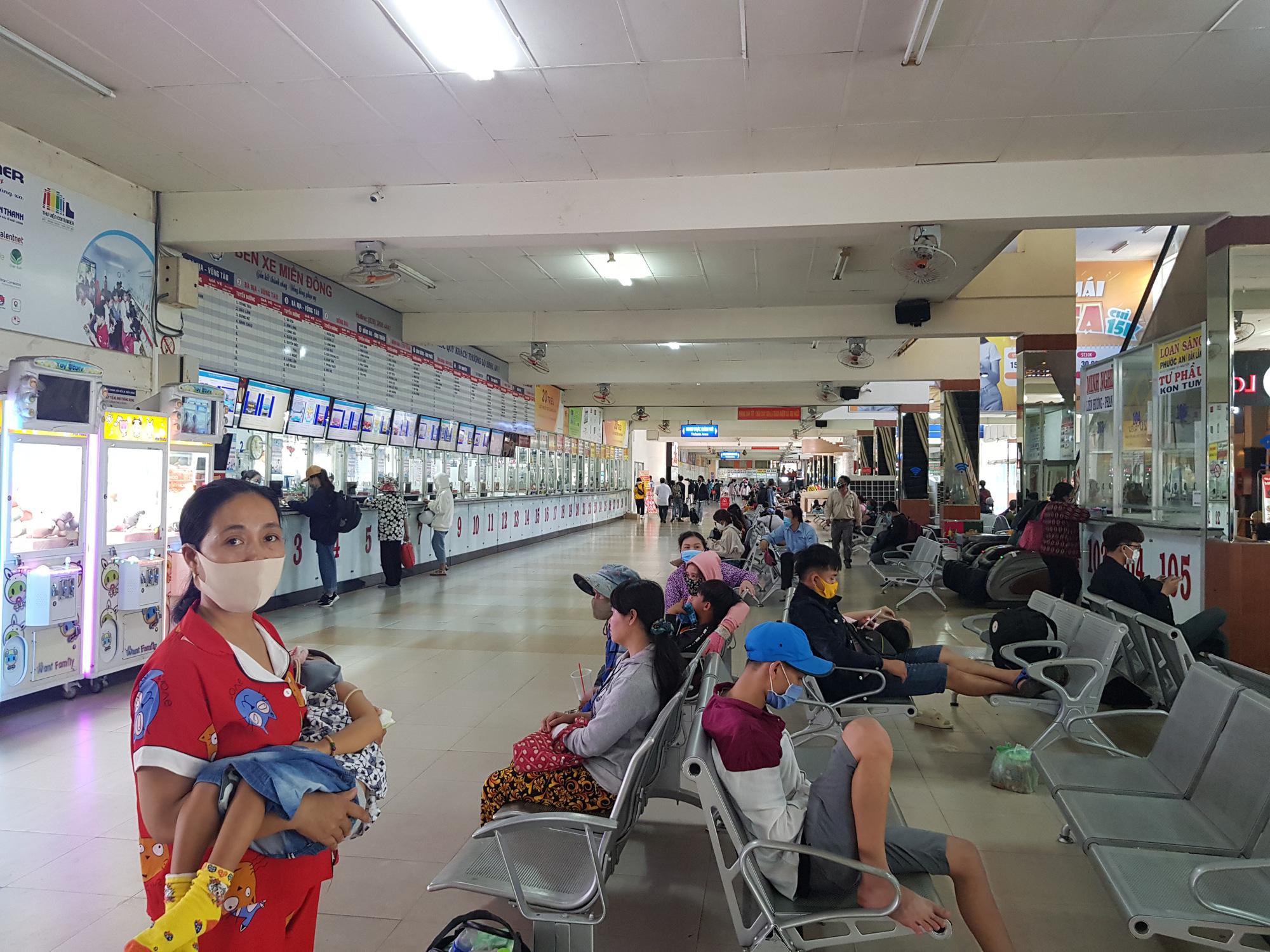 Người dân lỉnh kỉnh đồ đạc rời Sài Gòn về quê tránh dịch - Ảnh 13.