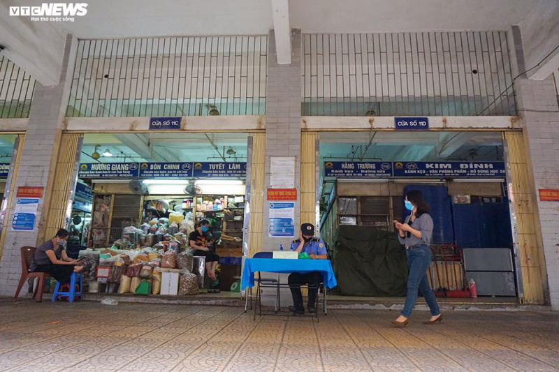 Cận cảnh chợ nổi tiếng nhất Hà Nội ngày đầu ngừng hoạt động - Ảnh 9.