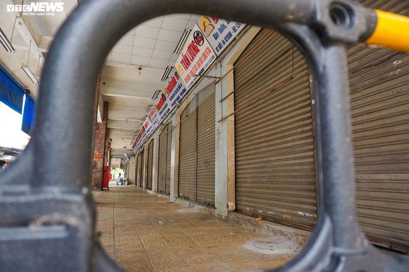 Cận cảnh chợ nổi tiếng nhất Hà Nội ngày đầu ngừng hoạt động - Ảnh 4.
