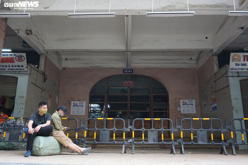 Cận cảnh chợ nổi tiếng nhất Hà Nội ngày đầu ngừng hoạt động - Ảnh 3.