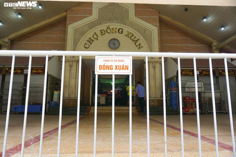 Cận cảnh chợ nổi tiếng nhất Hà Nội ngày đầu ngừng hoạt động - Ảnh 2.