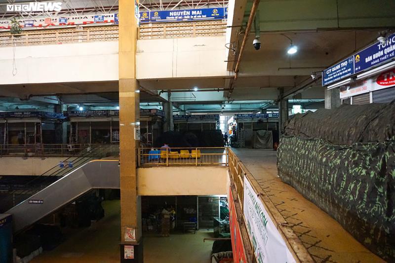Cận cảnh chợ nổi tiếng nhất Hà Nội ngày đầu ngừng hoạt động - Ảnh 8.