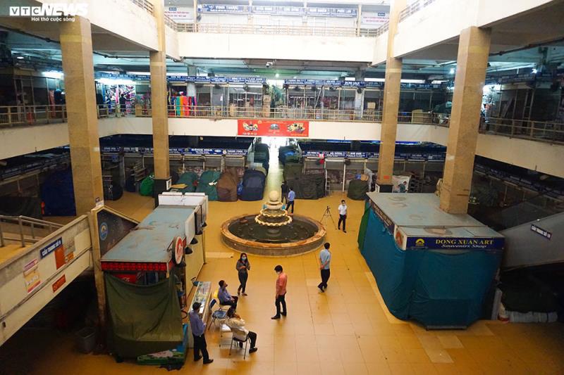 Cận cảnh chợ nổi tiếng nhất Hà Nội ngày đầu ngừng hoạt động - Ảnh 7.