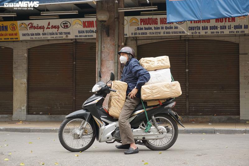Cận cảnh chợ nổi tiếng nhất Hà Nội ngày đầu ngừng hoạt động - Ảnh 10.