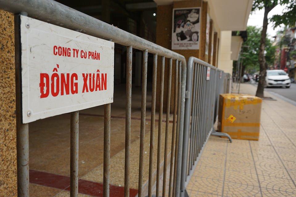Cận cảnh ngày đầu chống dịch ở Hà Nội: Các cơ sở dịch vụ đóng cửa, siêu thị tiếp tục hoạt động, hàng hoá đầy ăm ắp vắng người mua - Ảnh 2.